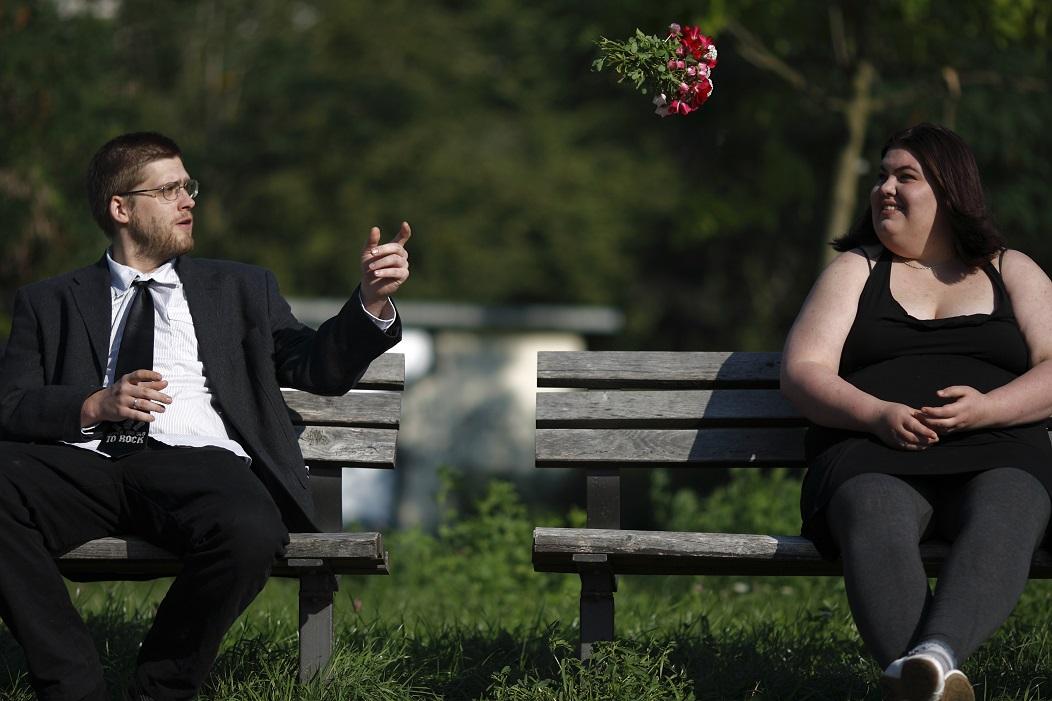 Mann wirft Frau einen Blumenstrauß zu. Bild des Geschäftsfeldes Betreutes Einzelwohnen